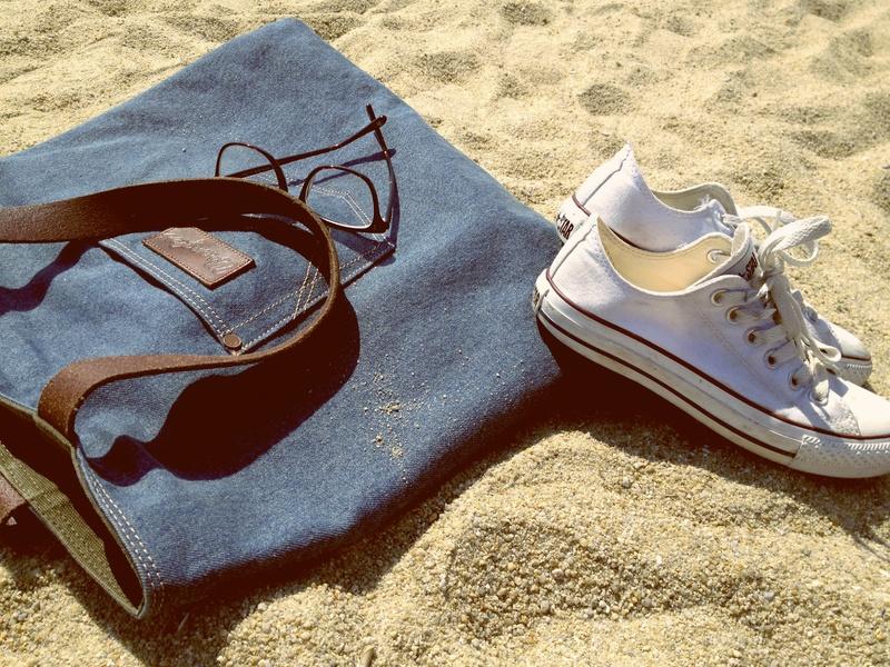 Sac et basket sur une plage